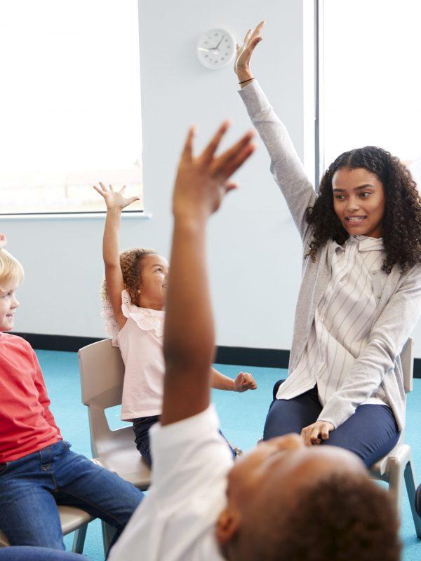 a-class-of-infant-school-children-sitting-on-VGCM7L5-min